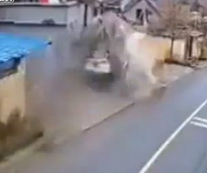 【動画】猛スピードの車が家に突っ込む衝撃映像