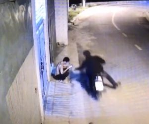 【動画】男性が持つ携帯電話をバイクで走りながら携帯電話を奪い取る泥棒が凄い