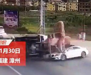 【動画】無理に大通りに入ってきた車を避けようとしたミキサー車が横転。車に激突してしまう衝撃事故映像