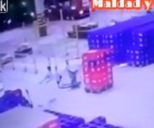 【動画】男性がハンドリフトでボトルが入ったケースを大量に運ぶが転んでしまい…