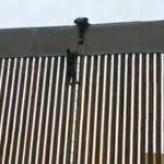 【動画】150億円かけて作られたアメリカとの国境の壁をよじ登り越えてしまう男性
