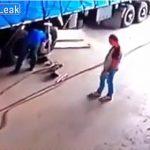 【動画】作業員が大型トラックのタイヤを交換しようとするがタイヤが爆発し吹き飛ばされる衝撃映像