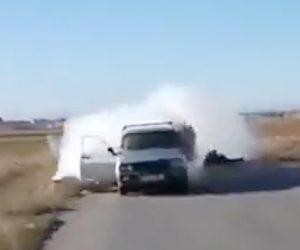 【動画】結婚式の祝砲で車内からバズーカを撃とうとするが、誤って車内を撃ってしまい…