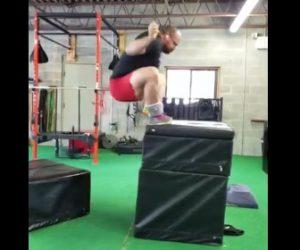 【動画】ジムでボックスジャンプトレーニングをする男性。マットが動き頭から落下する衝撃映像
