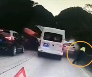 【動画】対向車の大型トラックがコントロールを失い突っ込んでくる衝撃事故映像