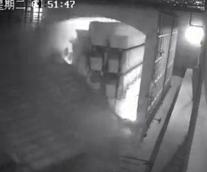 【動画】ボイラーの巨大なドアを作業員が締めようとするがドアが倒れ…