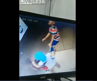 【動画】エレベーターに乗った少年の首に紐が引っかかり…