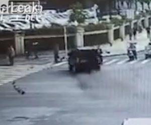 【動画】交差点でコントロールを失った車が母親と子供に突っ込んでしまう衝撃事故映像