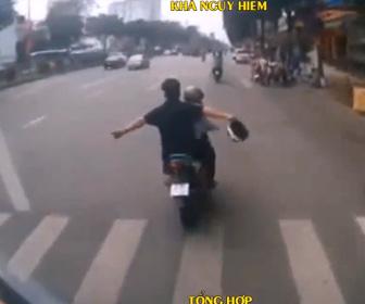 【動画】バスを煽りまくる2人乗りスクーター。バス運転手が怒り…