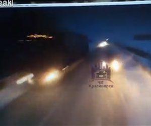 【閲覧注意動画】凍った道で対向車線のトラックに家族5人が乗った車が突っ込み…