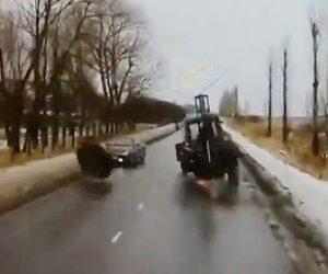 【動画】突然トラクターのタイヤが外れ対向車に直撃してしまう衝撃事故映像