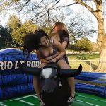 【動画】激しく動くロデオマシーンに2人乗る若い女性が…
