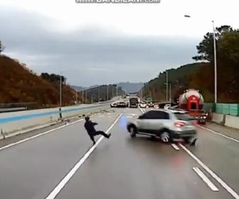 【動画】高速道路アイスバーンで次々と突っ込んでくる車から必死に逃げる男性