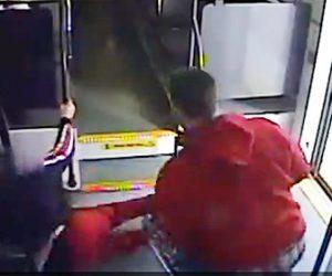 【動画】電車内で車椅子の女性に男が襲いかかる衝撃映像