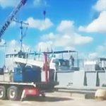 【動画】クレーンでトラックを持ち上げようとするがクレーンが倒れ作業員に直撃してしまう衝撃映像