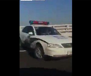【動画】猛スピードのパトカーがコントロールを失いスリップするが…