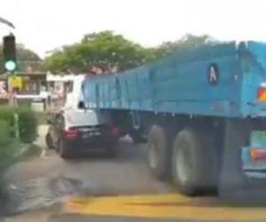 【動画】左折する大型トレーラーが車を巻き込み潰してしまう衝撃事故映像