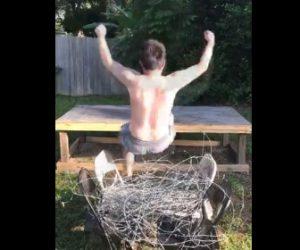 【動画】上半身裸の男性が有刺鉄線に背中から飛び降りる衝撃映像