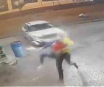 【動画】ロードレイジで逃げる車に突っ込み、車から降りてきた人を轢こうとする衝撃映像
