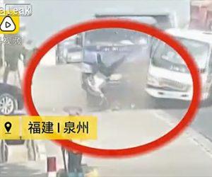 【動画】トラック2台が激突しシートベルトをしていない運転手がフロントガラスから飛び出てくる衝撃映像