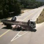 【動画】左折するトラックに猛スピードのバイクが突っ込んでしまう衝撃事故映像