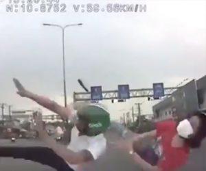 【動画】猛スピードの車が2人乗りスクーターに激突し2人が同じ動きではね飛ばされる衝撃映像