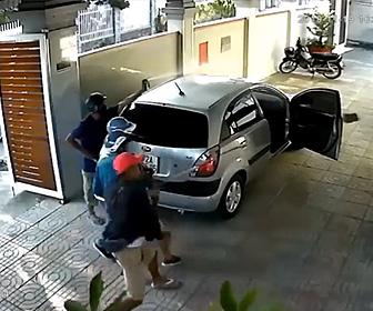 【動画】9人対1人 刃物を振り回し激しい戦い