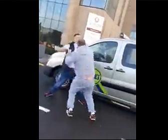 【動画】ロードレイジでタクシー運転手と男が車を降りて激しい殴り合い