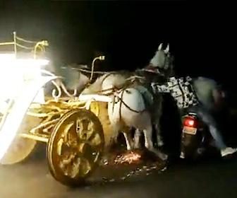 【動画】運転手のいない馬車が暴走。2人乗りバイクの男性が必死に馬車を止めようとするが…