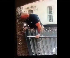 【動画】男がフェンスを乗り越えようとするが足を滑らせ…