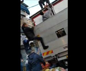 【動画】作業員がトラックのテールゲートリフトに挟まれみんなで必死に助ける衝撃映像