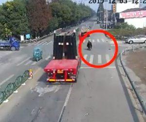 【動画】大型トラックが運ぶ大量のガラス板が車線変更しようとしたスクーター落下してくる衝撃映像