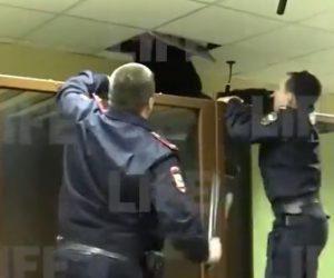 【動画】裁判所で男が警察官の目の前で天井を突き破り逃げようとする衝撃映像