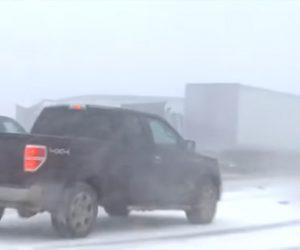 【動画】路面が凍結し次々と車が突っ込んでくる衝撃事故映像