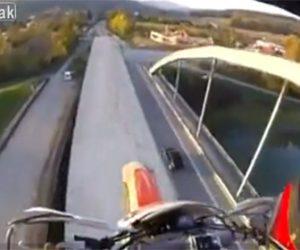 【動画】アーチ橋の上をバイクで走って渡る衝撃映像