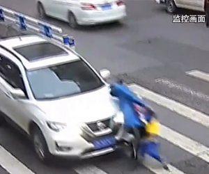 【動画】横断歩道を渡る母親と息子が一時停止を無視した車にはね飛ばされてしまう衝撃映像