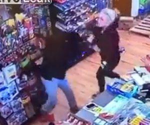 【動画】女性2人がレジ前で激しい殴り合い。強烈な顔面パンチで鼻血が出る衝撃映像