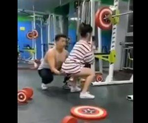 【動画】ジムでトレーニングをする女性。男性トレーナーの手つきが…