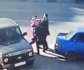 【動画】ロードレイジで車から降りてきた男2人を一瞬で殴り倒す男性が凄すぎる衝撃映像