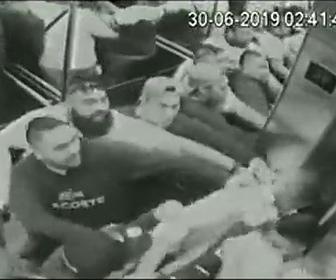 【動画】ギャング達が大勢乗るエレベーターに男性2人も乗ってしまい…
