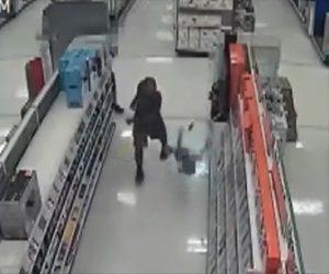 【動画】店内でゲームをする少年2人が歩いてきた男に殴り倒される衝撃映像