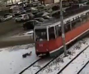 【動画】ヘッドホンをして歩く少年が路面電車にはね飛ばされる衝撃事故映像