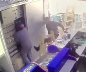 【閲覧注意動画】電気工事士が作業中に感電してしまい同僚が必死に助けるが…