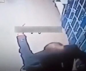 【動画】スーパーでキスをする男性2人。男に罵られ中指を立てるが…