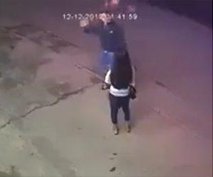 【動画】女性と言い争っている男が自分の頭にレンガをぶつけ倒れる衝撃映像