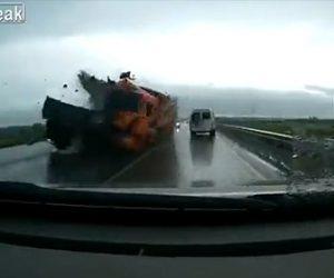 【動画】前の車を避けようと対向車線にはみ出したトラックが正面衝突してしまう衝撃事故映像