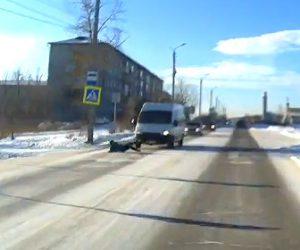 【動画】道を渡ろうとする12歳の少年が滑って転倒。ミニバスに轢かれてしまう衝撃映像