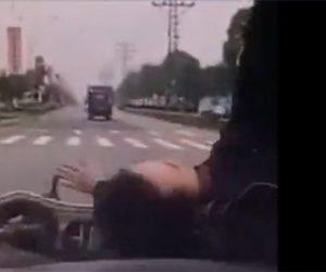 【動画】無理に車線変更してきたおばちゃんが乗るスクーターをはね飛ばしてしまう衝撃映像