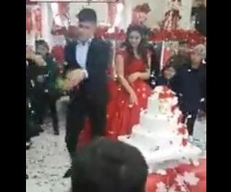 【動画】結婚式でイラついている新郎がシャンパンを床に叩きつける衝撃機映像