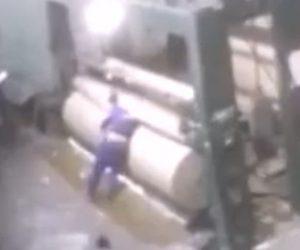 【動画】工場で作業員が巨大な巻き取り機に手を伸ばした瞬間、体を巻き込まれてしまう衝撃映像